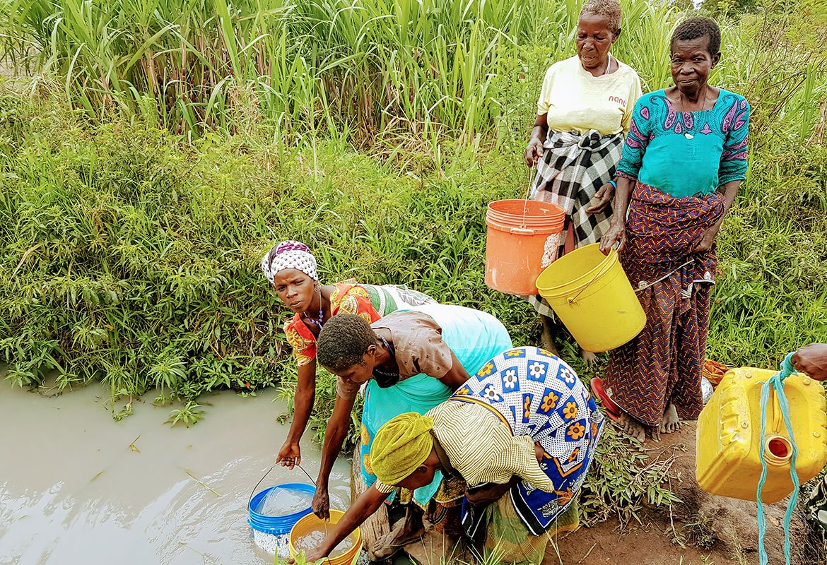a02-women-with-buckets-at-dirty-water